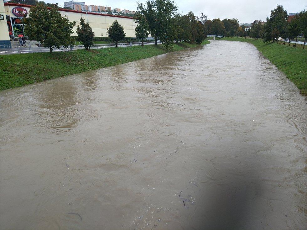 Vytrvalý déšť výrazně zvednul hladinu řeky Dřevnice.