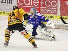Extraligoví hokejisté Zlína (v modrém). Ilustrační foto