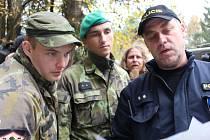 Okolí muničního skladu hlídá zatím třicítka vojáků s policií