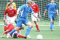 Fotbalisté Dobrkovic (v modrém) jsou po podzimu pátí, Neslyšící se krčí u dna tabulky