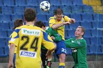 Na snímku Malcharek odhlavičkovává míč. Ilustrační foto.