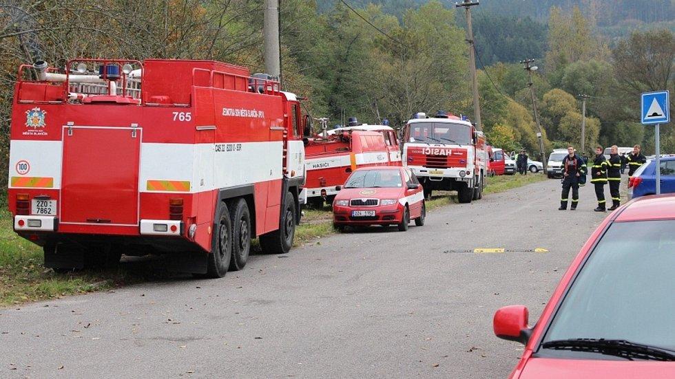 Hasičí zasahují u výbuchu muničních skladů ve Vrběticích, říjen 2014.