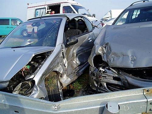 Nehoda tří osobních aut u Bezměrova