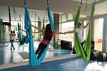 O tom, že je létající Yoga cvičení hravé, svědčí i názvy některých prvků. Cvičí se například moucha, netopýr nebo opice. Cvičení není omezené věkem.