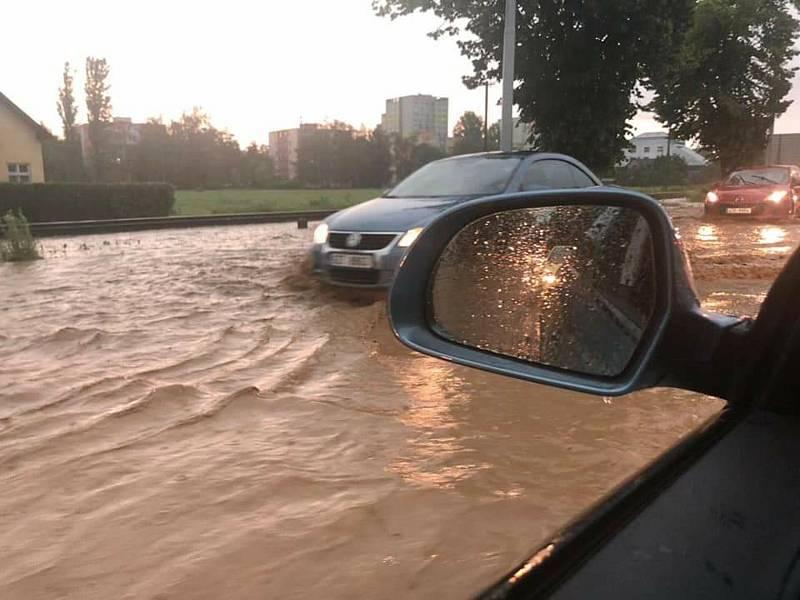 Sobotní bouřka v Otrokovicích, 13. 6. 2020. Na Facebooku sdílel Tomáš Brčko Brázdil.