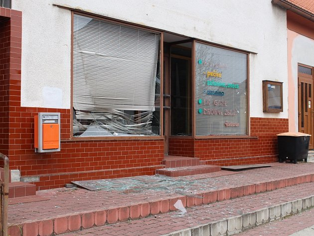 Tlaková vlna zexploze zanechala stopy ivnedalekých Haluzicích.