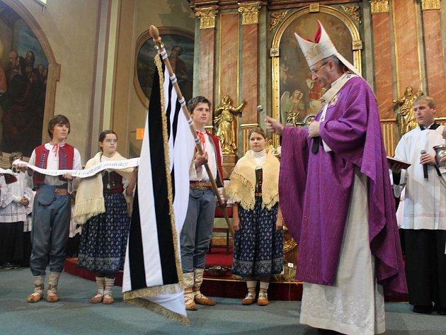 Nový prapor či kniha místních pohádek. Tyto dvě věci se staly součástí města Vizovic, které si letos připomínaly 750. výročí, co se o městě objevila první písemná zmínka. Oslavy vyvrcholily v neděli 11. prosince mší, při níž v kostele svatého Vavřince nov
