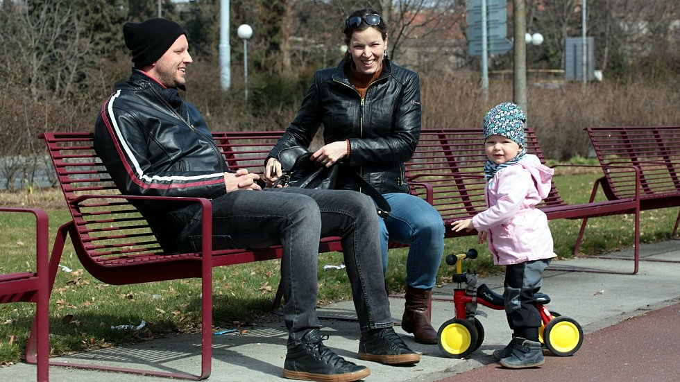 Slunečné počasí lákalo v neděli 28. března 2021 k procházce či posezení například ve zlínském parku Sad Komenského.