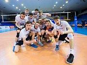 Čeští volejbaloví kadeti (v bílých dresech) po výhře nad Běloruskem živí postupovou naději. Foto: www.cvf.cz