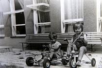1979. Děti z Velkého Ořechova na koloběžce a v autíčku na zahradě tamní mateřinky.