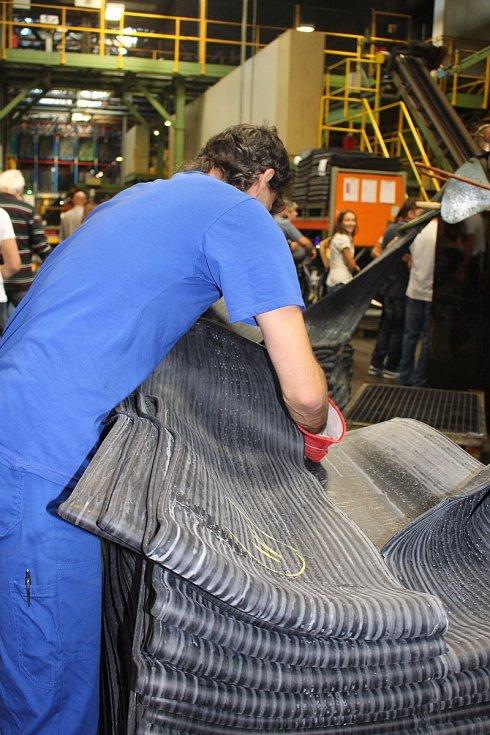 Den otevřených dveří v Continental Barum - Hlavní hala. Zde se vyrábí polotovary, hlavně běhouny a bočnice.