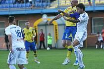 Jaromír Paciorek (ve žlutém) v zápase FC Tescoma Zlín - SC Znojmo