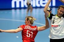 České házenkářky (v červeném) v úvodním duelu kvalifikace o postup na MS v sobotu v Zubří sice jen remizovaly se Švýcarskem 27:27, v odvetě v Gümligenu ale již dominovaly a po výhře 28:22 se radují z účasti na prosincovém šampionátu ve Španělsku.
