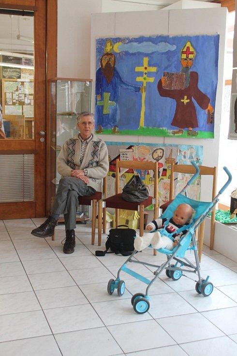 Místnost kulturního domu Elektra vyzdobily děti náboženskými motivy.