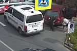 Mladí hasiči z Drnovic, zachraňovali holčičku z uzamčeného vozidla ještě než na místo přijeli volaní zlínští strážníci.