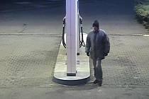 Asi čtyřicetieltý muž přepadl v sobotu 7. ledna benzínku na Broučkově ulici ve Zlíně. Policie jej zatím marně hledá.