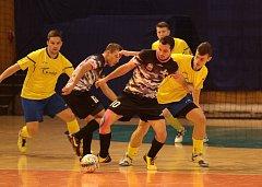 Zlínští futsalisté (ve žlutých dresech) přehráli v derby Bazooku Uherské Hradiště 4:1.