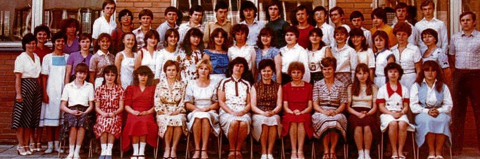 OSMÁCI, ŠKOLNÍ ROK 1983/1984. Když byla v roce 1978 otevřena 16. ZŠ Okružní, nastoupili do 4. A. Třídní učitelkou až do konce jejich základní docházky byla Jaroslava Jelínková. Na snímku s učiteli II. stupně.