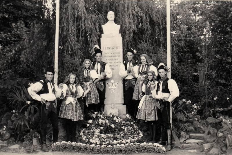 1945. Pomník Tomáše G. Masaryka. Fotka je z roku 1945.