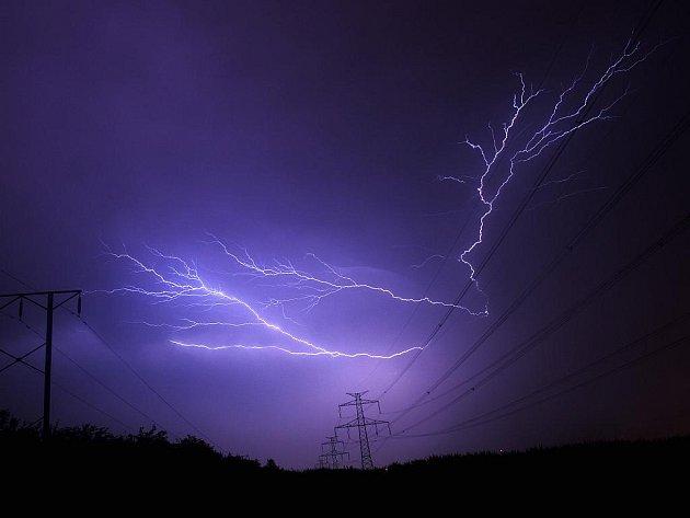 Bouřky, které v úterý 14. července večer prošly Zlínským krajem, páchaly škody zejména na Kroměřížsku a Uherskohradišťsku. Fotografie blesku byla pořízena v Otrokovicích.