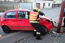 Řidička narazila do sloupu veřejného osvětlení v Hulíně na Kroměřížsku.