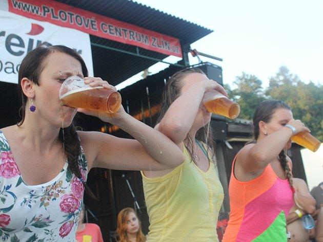 Na pivních slavnostech v Lužkovicích se soutěžilo v pivních disciplínách. Bavily se i ženy.