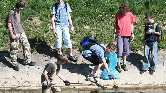 ROZPTÝLENÍ. Čištění břehů Dřevnice bavilo hlavně nejmladší skauty, ti starší si práci zpříjemnili aspoň dováděním ve vodě.