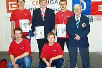Na snímku úspěšný kolektiv Zlína: zleva stojí Marek Skřivánek, Ladislav Hořák, Lukáš Hofbauer a trenér Jaroslav Janeba, zleva dole Josef Stuchlík a Pavel Jančík.