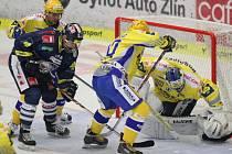 Zlínští hokejisté (ve žlutém) v rámci 13. kola extraligy doma hostili Liberec.