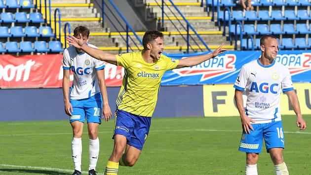 Obránce Fastavu Zlín Lukáš Vraštil slaví gól do sítě Teplic.