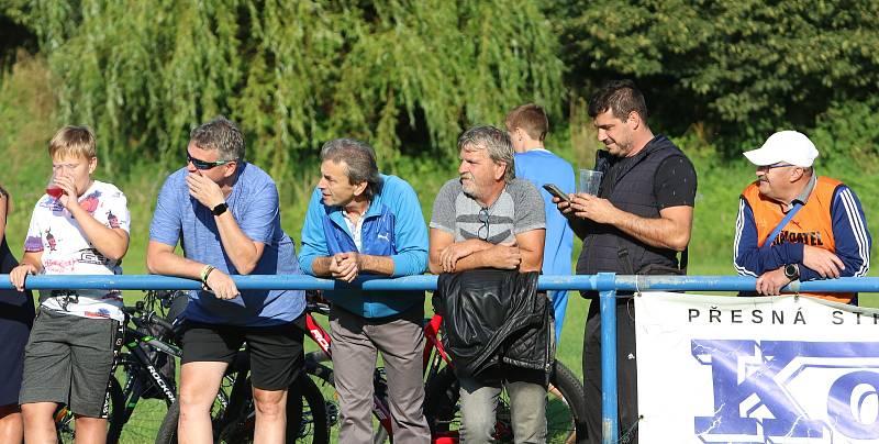 Fotbalisté Slavičína (v modrém) ve 2. kole MOL Cupu ve středu odpoledne před svými fanoušky podlehli prvoligové Karviné 1:5. Foto: Deník/Jan Zahnaš