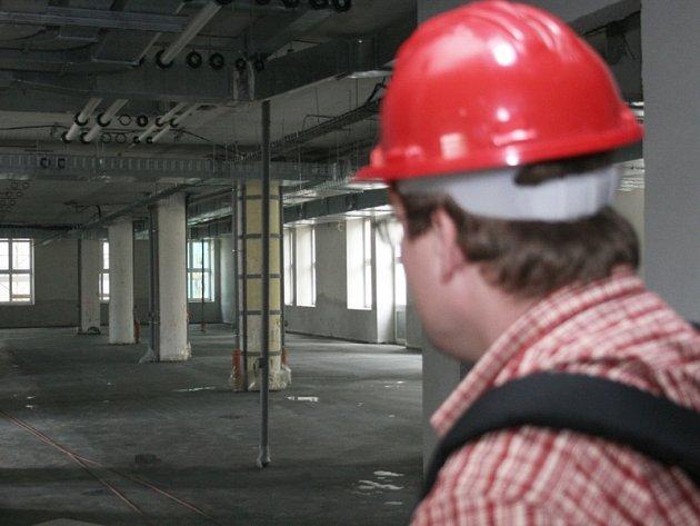 Pracovník investičního oddělení zlínské univerzity ukazuje halu, kde budou stát specializované přístroje za několik milionů.