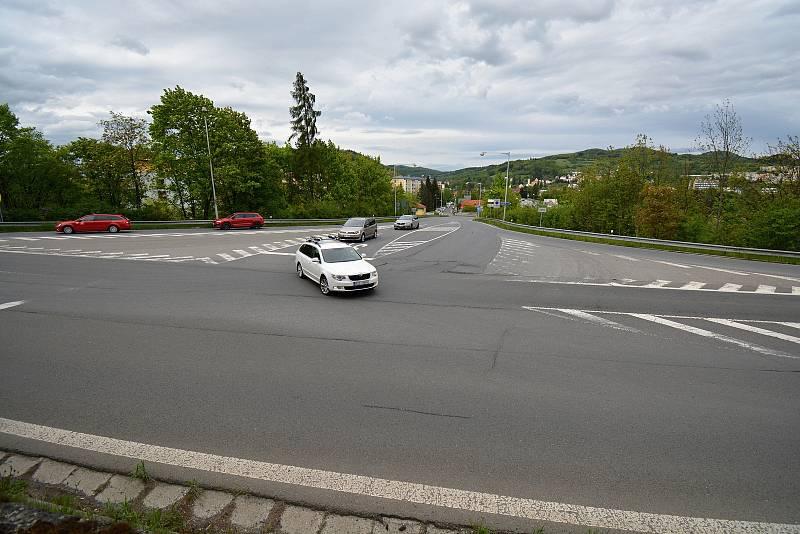 Silnice I. tř. č. 50 s křižovatkou nad čerpací stanicí Shell ve Vsetíně je místem častých dopravních nehod s tragickým koncem. Nejčastější příčinou je způsob jízdy. Situaci má vyřešit projekt Rampa Mostecká, který je v přípravě. Snímek z 24.5.2021.