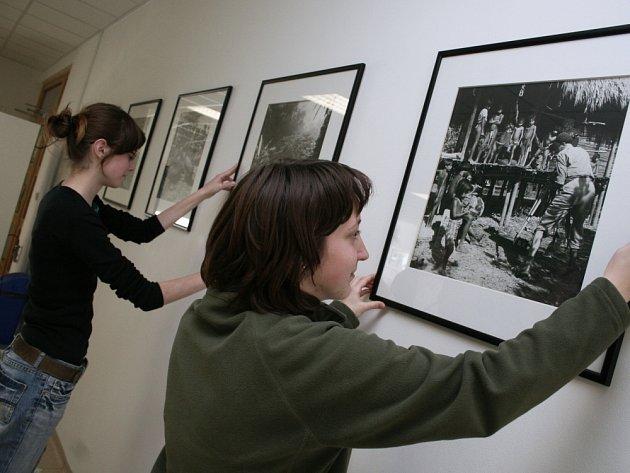 OBRÁZKY Z CEST. Studentky sexty Petra Vejmělková (na snímku vlevo) a Jolana Vavrová pomáhaly včera při instalaci výstavy cestovatelů Hanzelky a Zikmunda