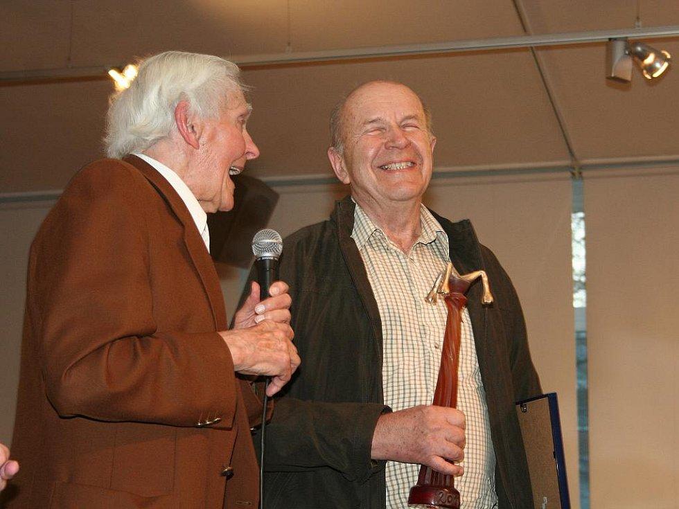 Vladimíru Plešingrovi (vpravo) gratuluje Miroslav Zikmund