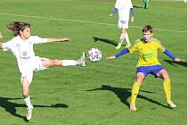 Ligové žákovské derby patřilo na zlínské Vršavě domácím ševcům (žluté dresy), kteří zdolali Slovácko 2:0.