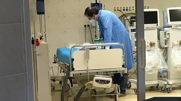 Oddělení ARIM - Oddělení anesteziologie, resuscitace a intenzivní medicíny. Vážnost stavu pacientů, kteří jsou zde odkázáni na plicní ventilaci, nenechává nikoho na pochybách, že se zde doslova svádí boj o jejich život.