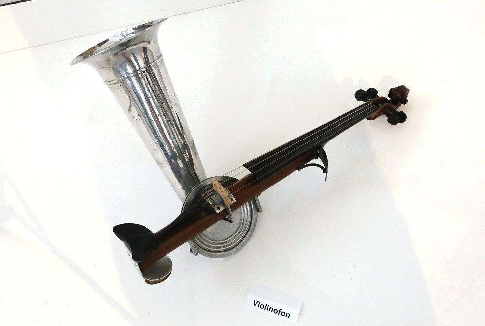 Výstava Gloria musicae! Historické nástroje ze sbírky Jaromíra Růžičky Muzeum jihovýchodní Moravy ve Zlíně. Violinofon   30. léta 20. stol
