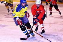 8. kolo ZAMHL - Šneci Otrokovice - Březnice ( v červeném) a PSVS Napajedla - Baťovka ( ve žlutém)