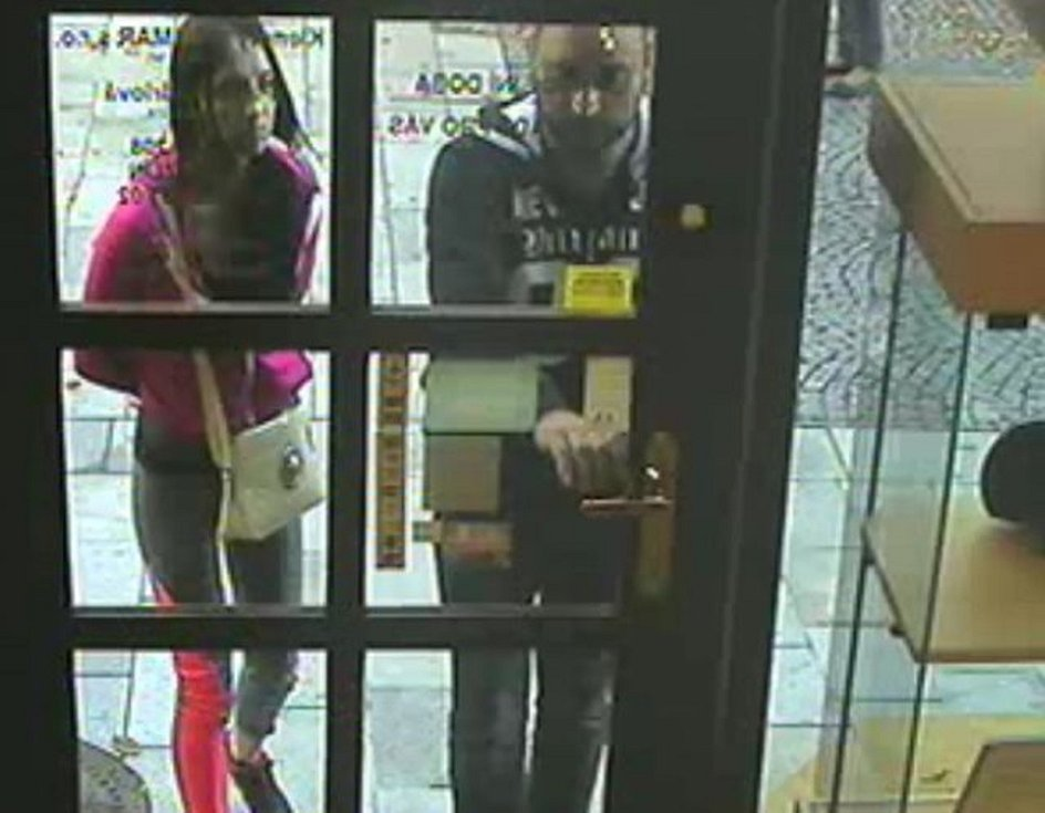 Dva cizinci ošálili prodavačky, třetí loupil. Škoda je 367.000 Kč