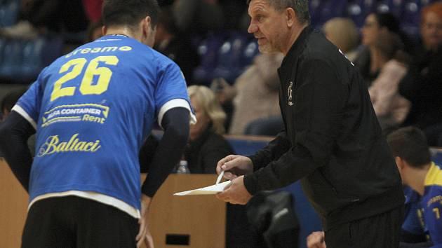 Trenér prvoligových házenkářů Zlína Jiří Mičola se radoval s týmem z prvního úspěchu sezony.