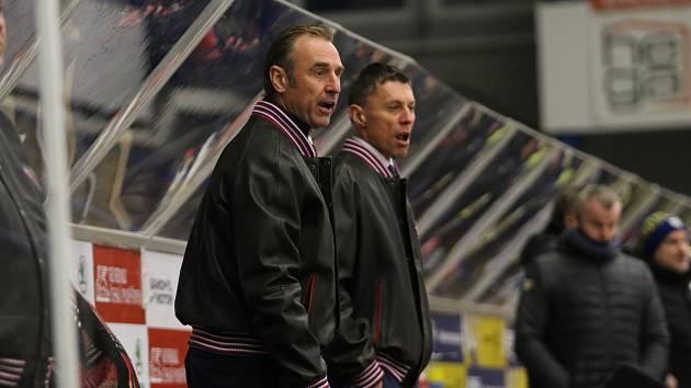 Trenéři Motoru Václav Prospal (vlevo) a Aleš Totter na střídačce při vítězném utkání ve Zlíně (3:2).