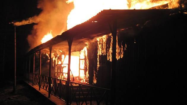 Plameny pohltily chatu ve Velké Lhotě, škoda se blíží milionu