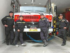 Dobrovolní hasiči z Tlumačova. Při evakuaci Základní školy v Tlumačově pomáhali v roce 2008 také Jan Šnajdr, Roman Šnajdar, Milan Žák a Radek Šedo (zleva).