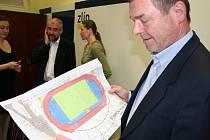 Zlínský radní zodpovědný za sport, Karel Jankovič (ČSSD), s ideovým návrhem Stadionu mládeže.