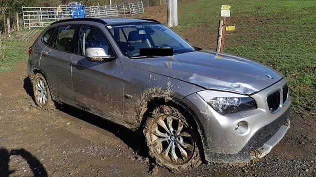 V BMW uvízlém v bahně na Zlínsku našli cizince bez dokladů pod vlivem drog