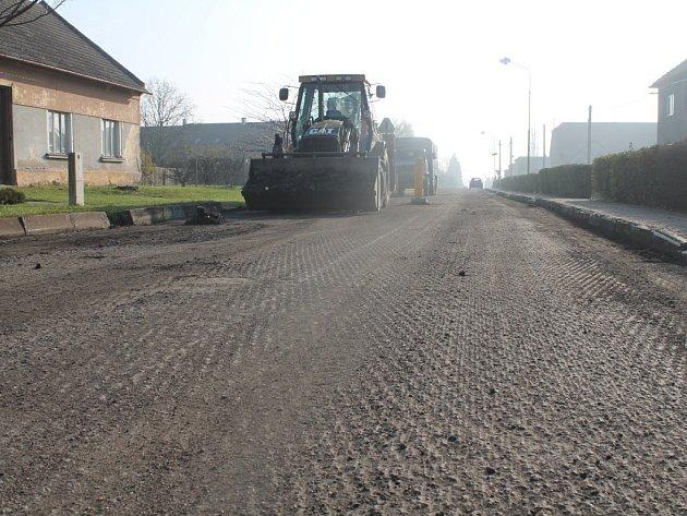 Až do 30. listopadu dělníci opravují místní komunikaci v Tlumačově. Kvůli tomu musejí řidič počítat s omezením na ulici Zábraní (od hřiště po křižovatku s ulicí U Trojice), na ul. Švermova a Spojovací.