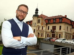 Ředitel Petr Borák před hotelem.