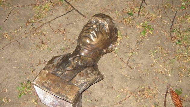 Poničená socha Edvarda Beneše.