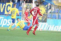 Fotbalisté Fastavu Zlín (ve žlutém) ve 27. kole nejvyšší soutěže nestačili na olomouckou Sigmu. Na snímku druhý gól Řezníčka.